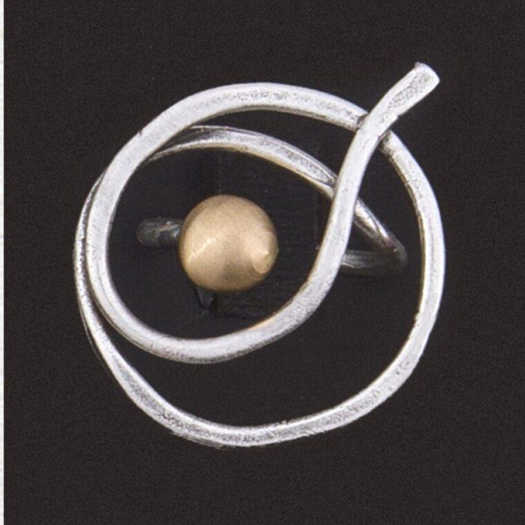 Δαχτυλίδι ασημί με χρυσή διακοσμητική πέτρα στο κέντρο