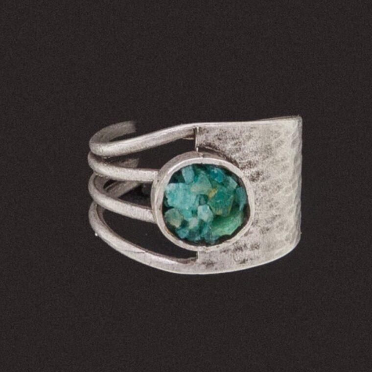 Δαχτυλίδι ασημί με χρωματιστές πετρούλες στο στρογγυλό του κέντρο