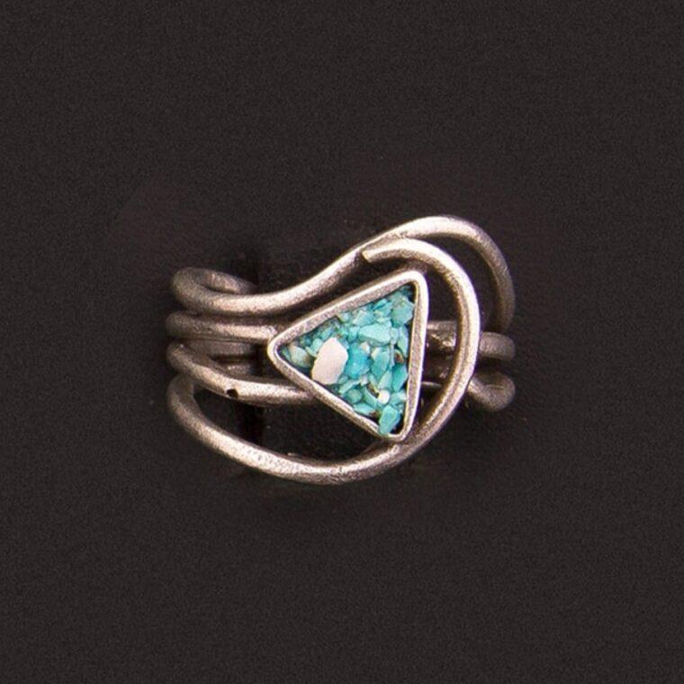 Δαχτυλίδι ασημί με χρωματιστές πετρούλες στο τριγωνικό κέντρο του