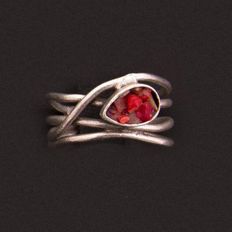 Δαχτυλίδι ασημί με κόκκινες πετρούλες στο κέντρο