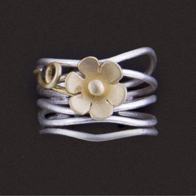 Δαχτυλίδι ασημί με σχέδιο χρυσό λουλουδάκι