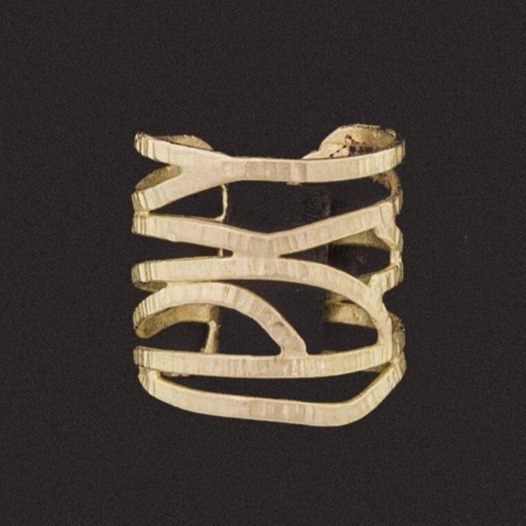 Δαχτυλίδι με ιδιαίτερο σχήμα σε χρυσό χρώμα
