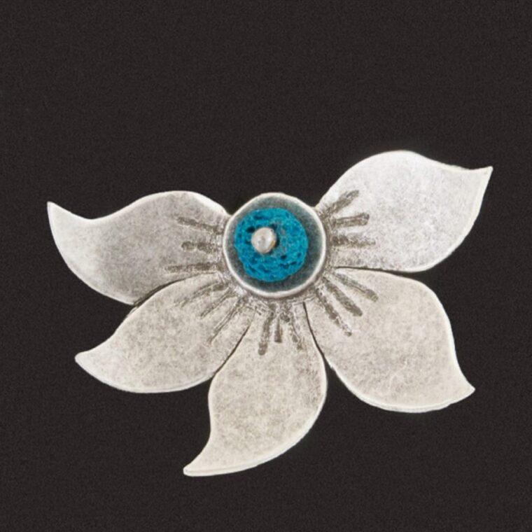 Δαχτυλίδι ασημί με σχέδιο λουλούδι και γαλάζια πέτρα στο κέντρο