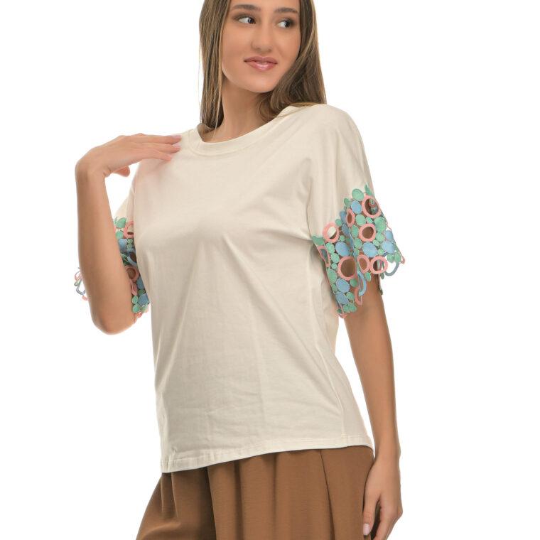 Μπλούζα άσπρη με ιδιαίτερο χρωματιστό μανίκι